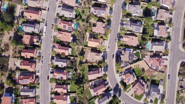 vídeos de stock e filmes b-roll de birds eye view of california suburban sprawl - suburbano