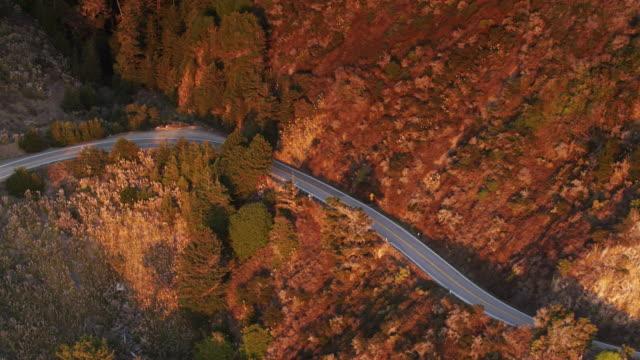 vídeos de stock e filmes b-roll de birds eye view of the pacific coast highway in big sur - montanha costeira