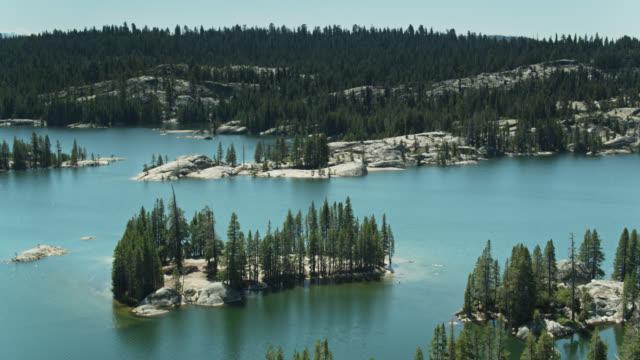 ウティカとユニオン貯水池の鳥の目のビュー, スタニスラウス国立森林 - カリフォルニアシエラネバダ点の映像素材/bロール