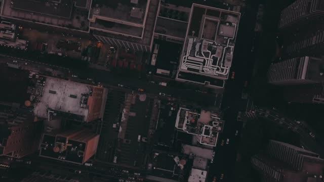 vídeos y material grabado en eventos de stock de aerial: vuelo nocturno birdsview sobre manhattan, nueva york con luces brillantes de la ciudad en hermosa noche de verano (4k) - anochecer