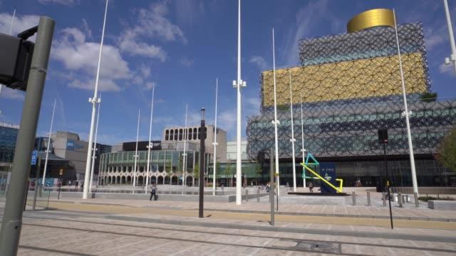 Birmingham Bibliotheek met een tram op de voorgrond. video