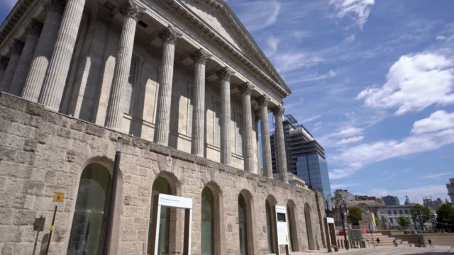 Birmingham Town Hall with a tram in the foreground. - vídeo
