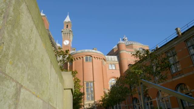 Birmingham University - Courtyard and clock tower. - vídeo