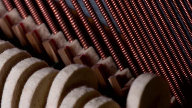 vídeos de stock e filmes b-roll de birth of sounds inside piano - piano