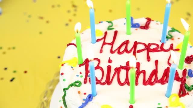 tort urodzinowy i świece - zachodnie pismo filmów i materiałów b-roll