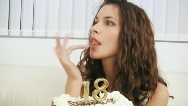 vidéos et rushes de hd : gâteau d'anniversaire - 18 19 ans