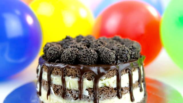 vídeos de stock, filmes e b-roll de bolo de aniversário com balões no fundo - brigadeiro