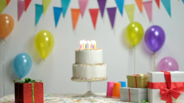 stockvideo's en b-roll-footage met verjaardagstaart met het branden van kaarsen - spandoek