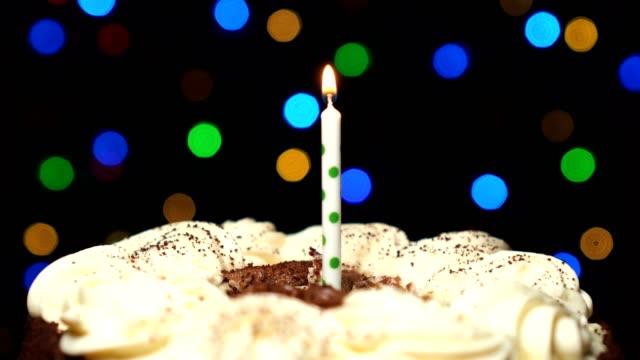 Gâteau d'anniversaire avec une bougie - Vidéo
