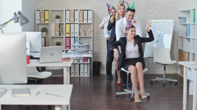 vídeos de stock, filmes e b-roll de comemoração de aniversário com colegas de trabalho - festa da empresa