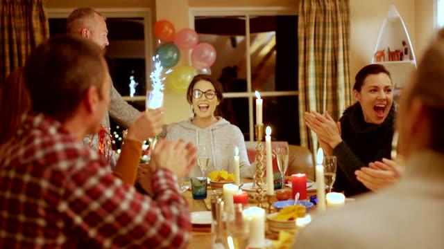 vídeos de stock e filmes b-roll de birthday celebrations in a cottage getaway - bolo sobremesa