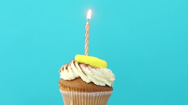 Gâteau d'anniversaire avec une seule bougie jaune - Vidéo