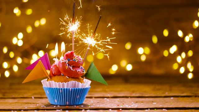 geburtstag cupcake mit text und sparkler - geburtstagstorte stock-videos und b-roll-filmmaterial