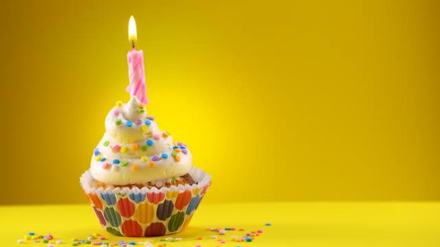 vidéos et rushes de gâteau décoré d'anniversaire avec une bougie et saupoudre - projectile coulissant - anniversaire