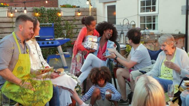 stockvideo's en b-roll-footage met verjaardagscadeaus voor moeder - sociale bijeenkomst