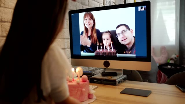 自宅検疫で誕生日を祝いながら願いをする誕生日の女の子 ビデオ