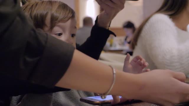födelsedagskalas med familjen! var glad! - birthday celebration looking at phone children bildbanksvideor och videomaterial från bakom kulisserna