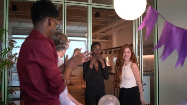 vídeos de stock, filmes e b-roll de festa surpresa de aniversário para empresária no escritório - festas no escritório