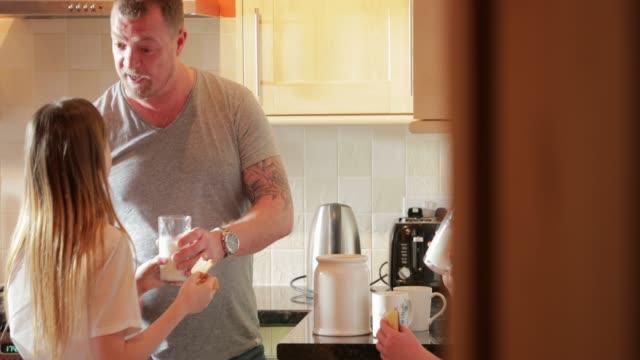 Kekse und Milch mit Papa – Video
