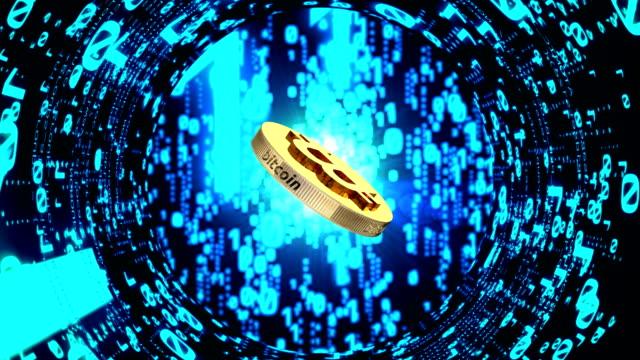 vídeos de stock e filmes b-roll de bitcoin currency rotating. - bit código binário