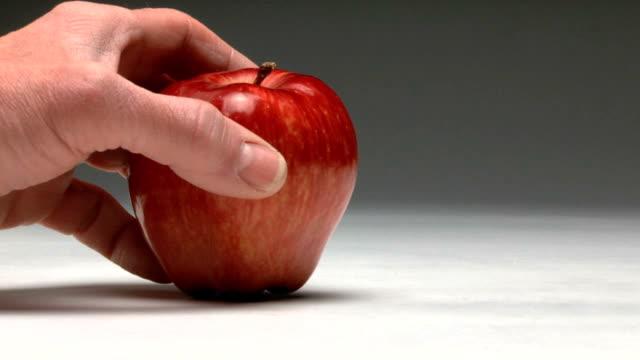 vidéos et rushes de morceau d'une pomme - croustillant