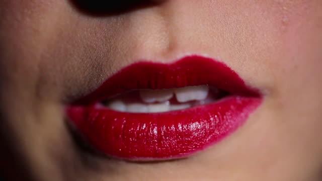 mordersi labbra rosse - rossetto rosso video stock e b–roll