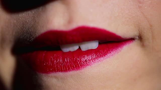 Risultati immagini per mordersi labbra rosse