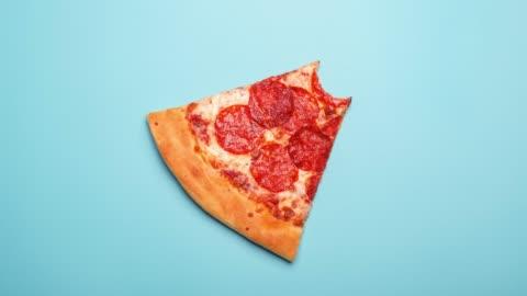 vídeos y material grabado en eventos de stock de morder la rodaja de sabrosa pizza pepperoni - rebanada