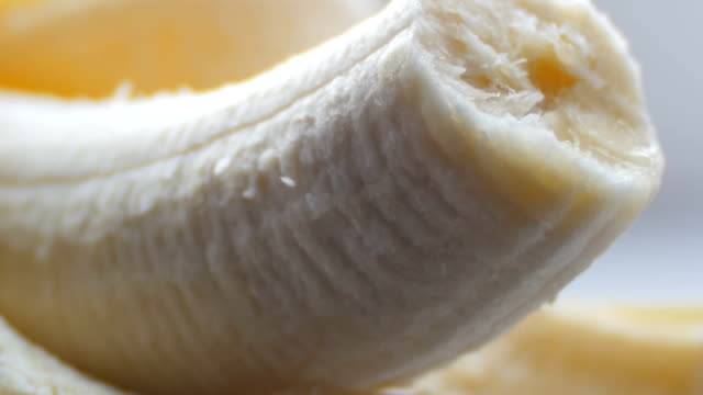 beyaz arka plan makro kabuğuna muzla ısırıldı vücut görünümü kapatın - penis stok videoları ve detay görüntü çekimi
