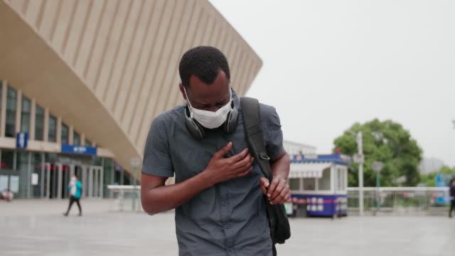 vídeos de stock e filmes b-roll de black african man with mask chest pain - ataque cardíaco