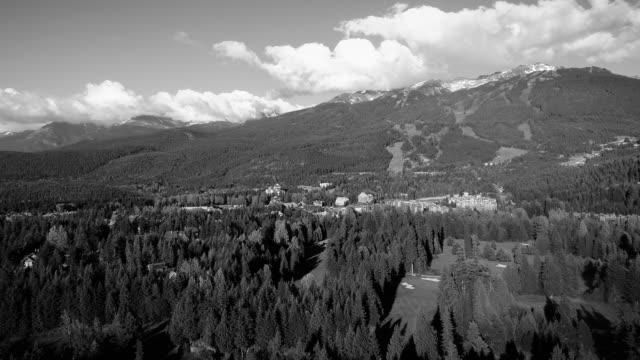 schwarz / weiß-antenne des golfplatz von whistler village und blackcomb mountain - vancouver kanada stock-videos und b-roll-filmmaterial