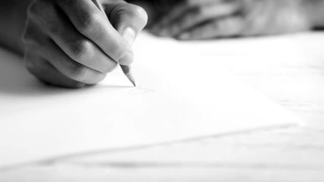 白黒の映像の女性で何かインスピレーションを描画 - 図面点の映像素材/bロール