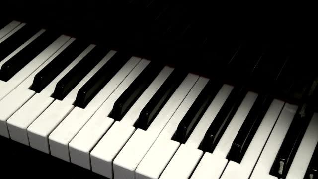 vídeos de stock e filmes b-roll de black and white piano keys. - piano