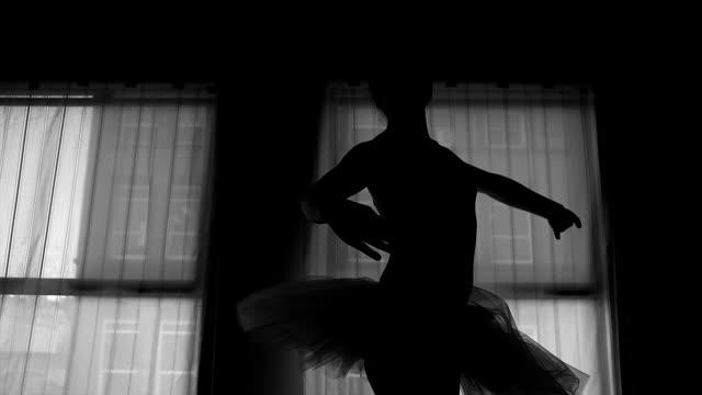 schwarz / weiß silhouette einer ballerina tanzen vor einem fenster - gymnastikanzug stock-videos und b-roll-filmmaterial