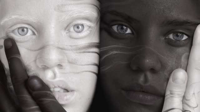 vídeos de stock, filmes e b-roll de gêmeos de preto e branco - contrastes