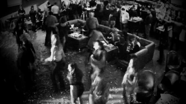 vídeos de stock, filmes e b-roll de preto e branco de vídeo da câmera de cctv, pessoas relaxando na boate, timelapse - eventos de gala