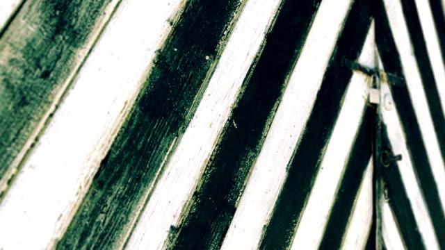 siyah beyaz ahşap kapı - ahır stok videoları ve detay görüntü çekimi