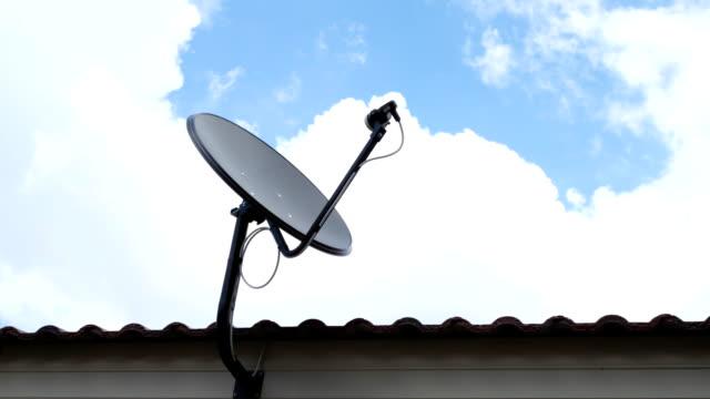 vídeos de stock, filmes e b-roll de black antena de satélite sky prato de comunicação - antena parabólica