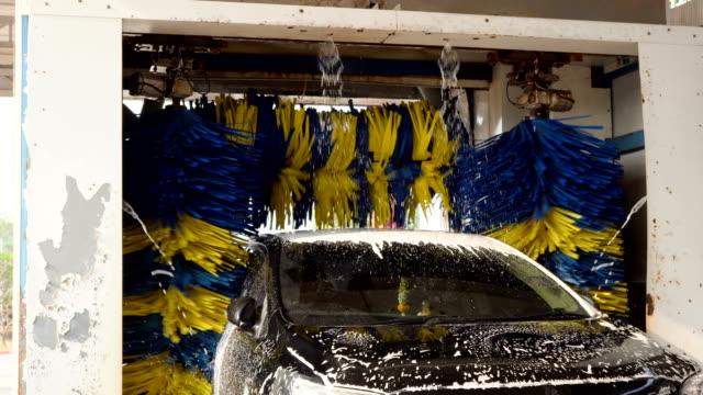黒い車を soaped し、自動機によって洗浄されています。 - 機械類点の映像素材/bロール