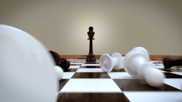 schwarzer schachkönig gewinnt, schwarz-weiße tote, schachfiguren - könig schachfigur stock-videos und b-roll-filmmaterial