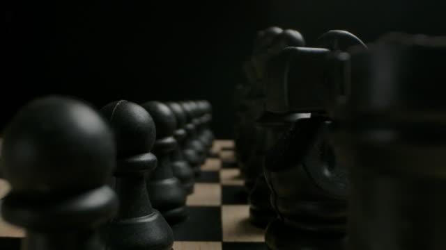 schwarze schachfiguren in der startreihe position bereit für spielkonzept - könig schachfigur stock-videos und b-roll-filmmaterial