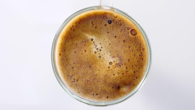 schwarzer kaffeetasse rotieren, oben - cappuccino stock-videos und b-roll-filmmaterial