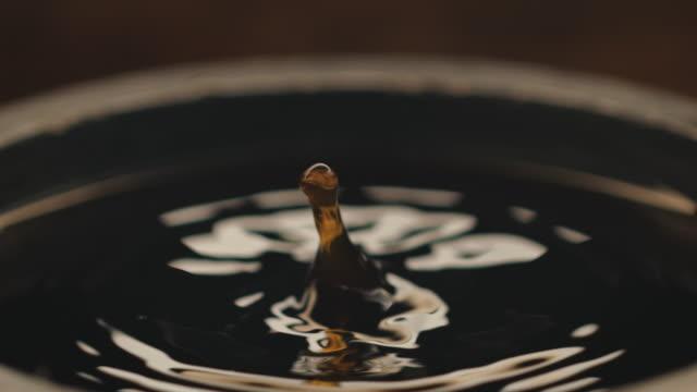 vídeos y material grabado en eventos de stock de caída de café negro en fábrica - café negro