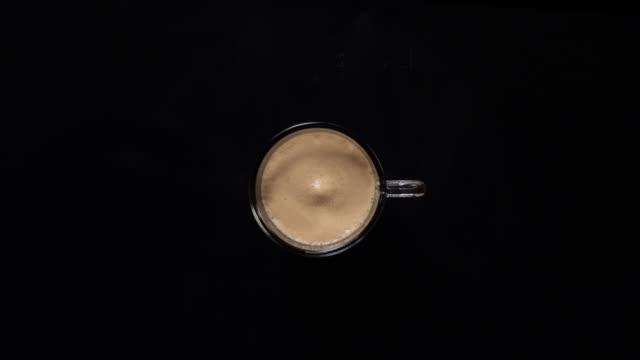 in einem becher kaffee schwarz - kaffeetasse stock-videos und b-roll-filmmaterial