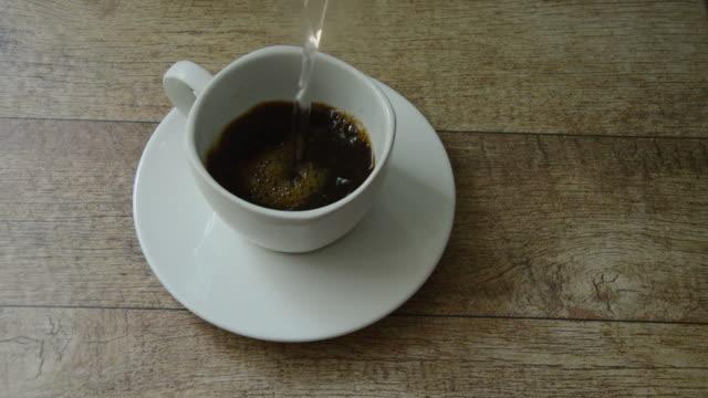 schwarzer kaffee mischen durch heißes wasser gießen - gar gekocht stock-videos und b-roll-filmmaterial
