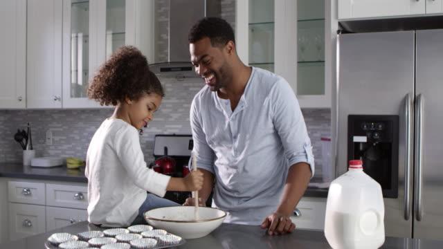 Papa noir et sa jeune fille cuire ensemble à la maison, abattu le R3D - Vidéo