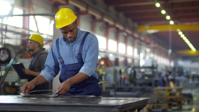 Bидео Black factory controller conducting quality assurance