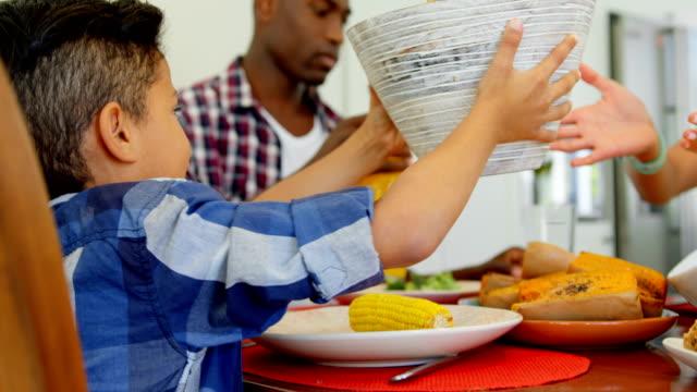 stockvideo's en b-roll-footage met zwarte gezin dat voedsel op eettafel bij huis 4k - breakfast table