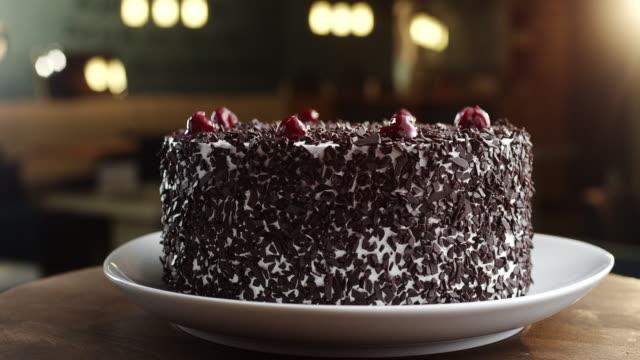 위에 체리와 블랙 포레스트 케이크 - cake 스톡 비디오 및 b-롤 화면