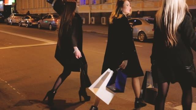 schwarzer freitagabend-einkaufen frauen freizeithobby - black friday stock-videos und b-roll-filmmaterial